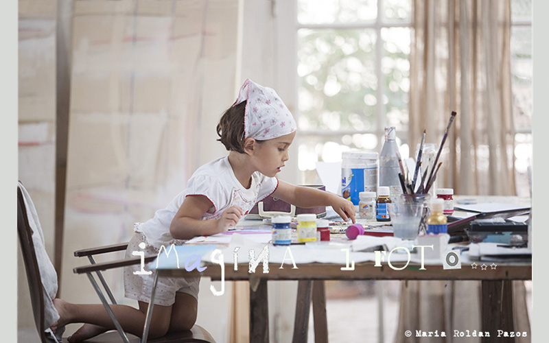 Little girl painting, small kid paints, copyright María Roldán Pazos